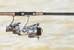Αλιεύοντας ράβδοι και εξέλικτρα στη λίμνη Στοκ Εικόνα