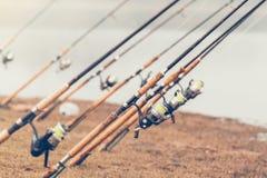 Αλιεύοντας ράβδος και λίμνη Στοκ Φωτογραφίες