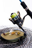 Αλιεύοντας ράβδος και εξέλικτρο με την τσάντα για τα δολώματα στο λευκό Στοκ Εικόνα