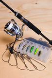 Αλιεύοντας ράβδος και εξέλικτρο με το κιβώτιο για τα δολώματα Στοκ φωτογραφία με δικαίωμα ελεύθερης χρήσης