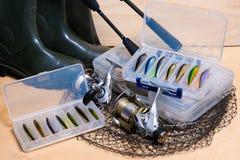 Αλιεύοντας ράβδος και εξέλικτρο με το κιβώτιο για τα δολώματα Στοκ εικόνες με δικαίωμα ελεύθερης χρήσης