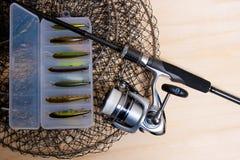 Αλιεύοντας ράβδος και εξέλικτρο με το κιβώτιο για τα δολώματα Στοκ Φωτογραφία