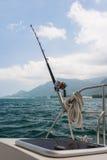 Αλιεύοντας ράβδος και εξέλικτρο σε ένα γιοτ Στοκ Εικόνα