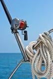 Αλιεύοντας ράβδος και εξέλικτρο σε ένα γιοτ Στοκ εικόνες με δικαίωμα ελεύθερης χρήσης