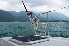 Αλιεύοντας ράβδος και εξέλικτρο σε ένα γιοτ Στοκ φωτογραφία με δικαίωμα ελεύθερης χρήσης