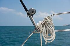 Αλιεύοντας ράβδος και εξέλικτρο σε ένα γιοτ Στοκ εικόνα με δικαίωμα ελεύθερης χρήσης