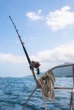 Αλιεύοντας ράβδος και εξέλικτρο σε ένα γιοτ Στοκ Εικόνες