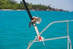 Αλιεύοντας ράβδος και εξέλικτρο σε μια βάρκα Στοκ Εικόνα
