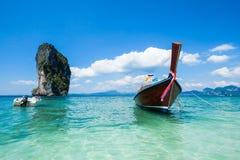 Αλιεύοντας ταϊλανδικά βάρκες και ορόσημο po-DA στο νησί, επαρχία Krabi, Στοκ εικόνα με δικαίωμα ελεύθερης χρήσης