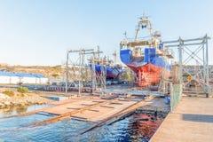 Αλιεύοντας τα αλιευτικά πλοιάρια που επισκευάζονται σε μια σχάρα καθελκύσεως στον κόλπο Saldhanha Στοκ φωτογραφία με δικαίωμα ελεύθερης χρήσης