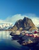 Αλιεύοντας τις καλύβες στην ημέρα άνοιξη - Reine, νησιά Lofoten, Νορβηγία Στοκ Φωτογραφίες