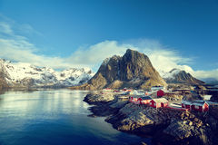 Αλιεύοντας τις καλύβες στην ημέρα άνοιξη - Reine, νησιά Lofoten, Νορβηγία Στοκ Εικόνες