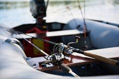 Αλιεύοντας τις ράβδους με την περιστροφή των εξελίκτρων στη βάρκα Στοκ Εικόνες