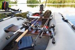 Αλιεύοντας τις ράβδους με την περιστροφή των εξελίκτρων στη βάρκα Στοκ φωτογραφίες με δικαίωμα ελεύθερης χρήσης