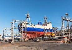 Αλιεύοντας το αλιευτικό πλοιάριο που επισκευάζεται σε μια σχάρα καθελκύσεως στον κόλπο Saldhana Στοκ Εικόνα