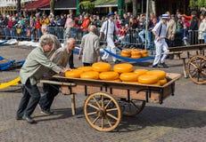 Αλκμάαρ, Κάτω Χώρες - 28 Απριλίου 2017: Αγοραστές τυριών στο traditio Στοκ Εικόνες