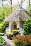 Αλκόβα που περιβάλλεται μικρή από τα ανθίζοντας λουλούδια στο πάρκο Στοκ εικόνα με δικαίωμα ελεύθερης χρήσης