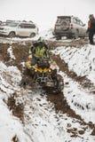 Αλμάτι, Καζακστάν - στις 21 Φεβρουαρίου 2013. Πλαϊνός αγώνας στα τζιπ, ανταγωνισμός αυτοκινήτων, ATV. Παραδοσιακή φυλή Στοκ Εικόνες