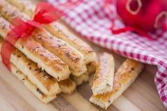 Αλμυρά ραβδιά Grissini ψωμιού με τους σπόρους σουσαμιού και λιναριού Στοκ φωτογραφίες με δικαίωμα ελεύθερης χρήσης