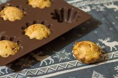 Αλμυρά muffins στη σιλικόνη bakeware Στοκ Εικόνες