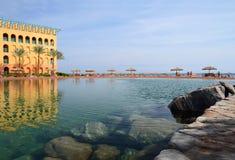 Αλμυρή λίμνη με το διαφανείς νερό και την αντανάκλαση Στοκ Εικόνες