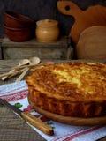 Αλμυρή πίτα λάχανων με το τυρί και αυγά σε ένα ξύλινο υπόβαθρο σπιτικό πίτα Στοκ Εικόνα