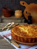 Αλμυρή πίτα λάχανων με το τυρί και αυγά σε ένα ξύλινο υπόβαθρο σπιτικό πίτα Στοκ φωτογραφία με δικαίωμα ελεύθερης χρήσης