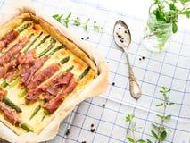 Αλμυρή πίτα πίτα με το σπαράγγι, το prosciutto και τη μαντζουράνα Στοκ εικόνες με δικαίωμα ελεύθερης χρήσης
