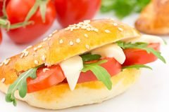 Αλμυρός croissant με την ντομάτα, το arugula και το τυρί Στοκ Φωτογραφία