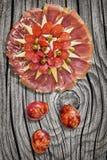 Αλμυρό γαστρονομικό πιάτο Meze ορεκτικών με τα ζωηρόχρωμα αυγά Πάσχας που τίθενται στον παλαιό δεμένο ξεπερασμένο ραγισμένο Pinew Στοκ εικόνα με δικαίωμα ελεύθερης χρήσης