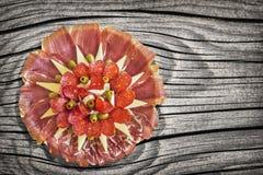Αλμυρό γαστρονομικό πιάτο Meze ορεκτικών που τίθεται στον παλαιό δεμένο ξεπερασμένο ραγισμένο Pinewood πίνακα πικ-νίκ Στοκ φωτογραφίες με δικαίωμα ελεύθερης χρήσης