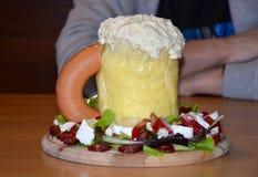 Αλμυρό ποτήρι κέικ της μπύρας για τα άτομα Στοκ εικόνα με δικαίωμα ελεύθερης χρήσης
