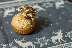 Αλμυρό muffin με το λουκάνικο, το τυρί και το σουσάμι με το χρυσό τόξο Στοκ εικόνα με δικαίωμα ελεύθερης χρήσης