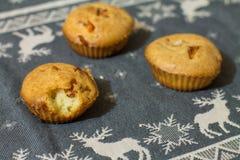 Αλμυρό muffin με το λουκάνικο, το τυρί και το σουσάμι Στοκ εικόνα με δικαίωμα ελεύθερης χρήσης