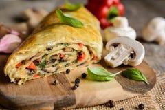 Αλμυρό strudel με τα μανιτάρια, το κόκκινο πιπέρι, το κρεμμύδι, το σκόρδο και το μαϊντανό Στοκ Φωτογραφία