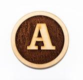 Α, ξύλινη επιστολή αλφάβητου - αλεσμένος οργανικός καφές Τοπ όψη στοκ φωτογραφίες με δικαίωμα ελεύθερης χρήσης