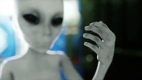 Αλλοδαπός στο φουτουριστικό δωμάτιο χέρι που φτάνει με το γήινο πλανήτη Φουτουριστική έννοια UFO Ζωτικότητα Cinematic 4k ελεύθερη απεικόνιση δικαιώματος