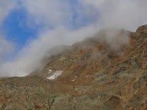 Αλπικά βουνά με τα σύννεφα επάνω από την κορυφή, Ελβετία Στοκ εικόνα με δικαίωμα ελεύθερης χρήσης