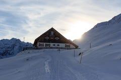 Αλπική καλύβα Potsdamer Hutte και πανόραμα βουνών με το χιόνι το χειμώνα στις Άλπεις Stubai Στοκ Φωτογραφίες