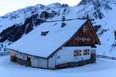 Αλπική καλύβα Potsdamer Hutte και πανόραμα βουνών με το χιόνι το χειμώνα στις Άλπεις Stubai Στοκ Εικόνες