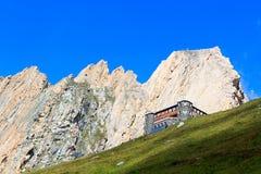 Αλπική καλύβα Sajathutte και βουνό Rote Saule στις Άλπεις, Αυστρία στοκ εικόνα με δικαίωμα ελεύθερης χρήσης