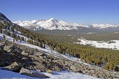 Αλπική σκηνή με καλυμμένα τα χιόνι βουνά στο εθνικό πάρκο Yosemite Στοκ Εικόνες