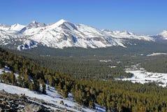 Αλπική σκηνή με καλυμμένα τα χιόνι βουνά στο εθνικό πάρκο Yosemite Στοκ Φωτογραφία