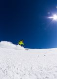 Αλπικός σκιέρ στο piste, που κάνει σκι προς τα κάτω Στοκ Εικόνες