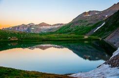 Αλπικό ηλιοβασίλεμα αντανάκλασης λιμνών του Κολοράντο Στοκ Εικόνες
