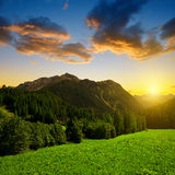 Αλπικό τοπίο με τη σειρά βουνών στο ηλιοβασίλεμα Στοκ Εικόνες