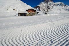 Αλπικό τοπίο χειμερινών βουνών Γαλλικές Άλπεις με το χιόνι Στοκ εικόνα με δικαίωμα ελεύθερης χρήσης