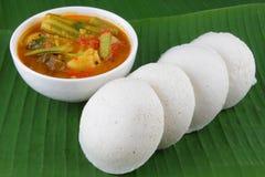 Αδρανώς με sambar Iddli είναι ένα παραδοσιακό πρόγευμα των νότιων ινδικών οικογενειών, του ένα πολύ δημοφιλές αλμυρό πιάτο του νό Στοκ Φωτογραφία