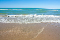 Αδριατική άποψη παραλιών Ακτή της Ιταλίας, θερινή αμμώδης παραλία με τα σύννεφα στον ορίζοντα Στοκ Εικόνα
