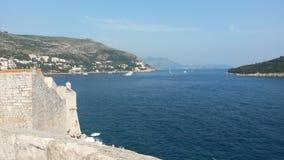 Αδριατική θάλασσα από τους τοίχους 2 πόλεων Dubrovnik Στοκ Εικόνες